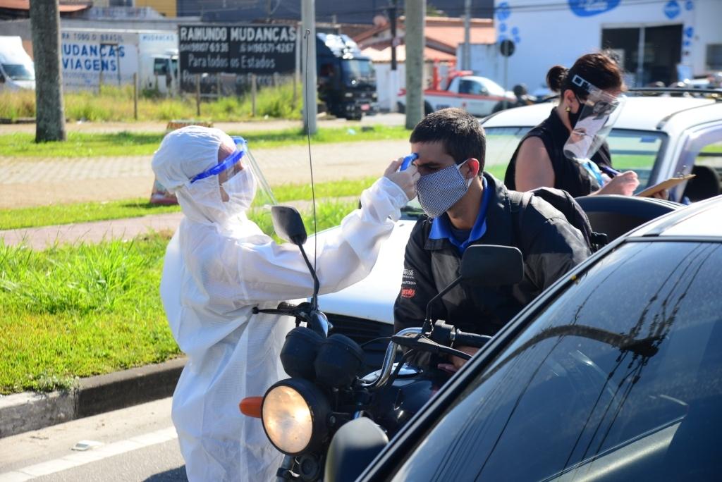 Fiscal de Saúde Pública verifica temperatura de motociclista (Foto; Cláudio Gomes/PMC)