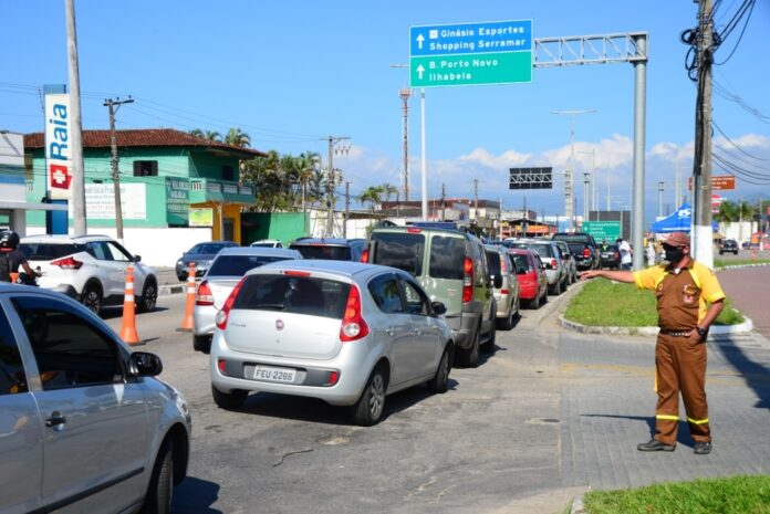 Fila de carros de turistas e veranistas que desceram para o Litoral Norte (Foto; Cláudio Gomes/PMC)