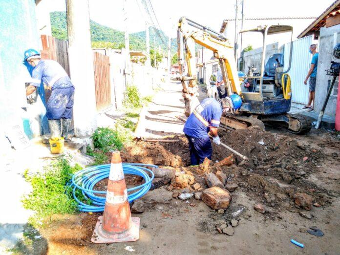 Operários da Sabesp trabalham em obra do bairro (Foto: Divulgação/Sabesp)