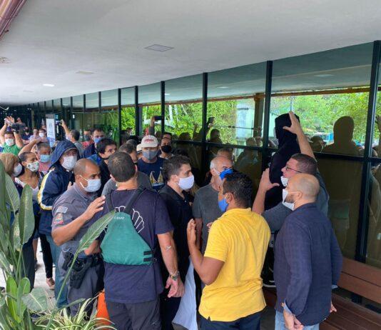 Dezenas de comerciantes entraram à força na Prefeitura (Foto: Tribuna do Povo)