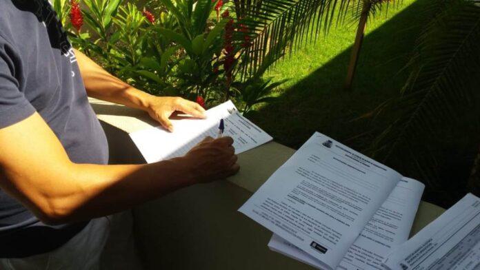 Fiscal da Prefeitura com as notificações prontas para serem entregues em marinas e gaagens (Foto: Divugação/PMC)