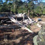 Casa em construção foi derrubada pela Polícia Ambiental (Foto: Divulgação/PA)
