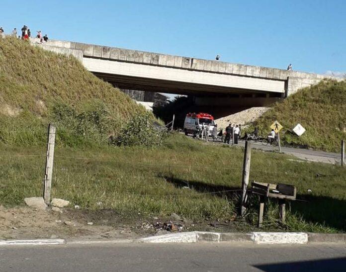 Jovem cai de viaduto tentando pegar pipa Imagem:Facebook
