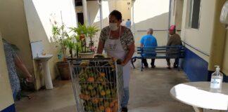 Doação de alimentos ao asilo Lar Vicentino