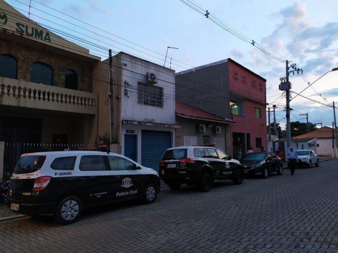 Carros da Polícia Civil parados em rua central de São Sebastião durante operação (Foto: Divulgação)