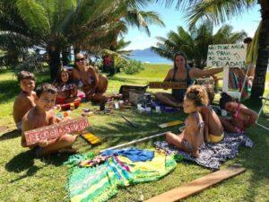 Ação entre moradores e turistas na criação de placas de conscientização