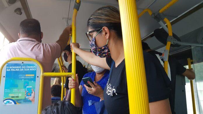 Ônibus saiu lotado do Centro e nao conseuguiu subir a avenida do Morro do Abrigo (Foto: NI)