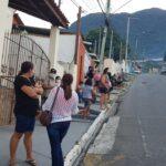 Passageiros aguardam retorno do ônibus ´na calçada (Foto:NI)