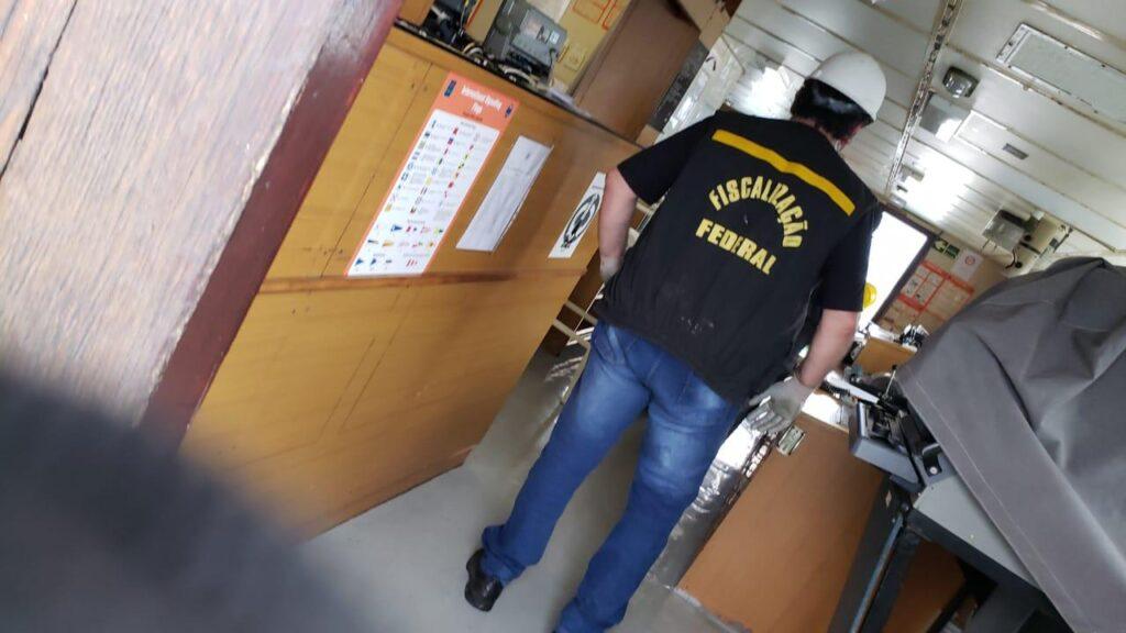 Auditor fiscal durante inspeção no navio panamenho (Divulgação)
