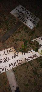 Placas vandalizadas na praia do Capricórnio - Foto: Milena Raphael