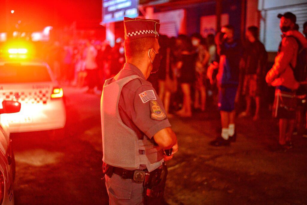 Dezenas de jovens são abordados pela Polícia Militar em ação da força-tarefa (Divulgação/PMC)