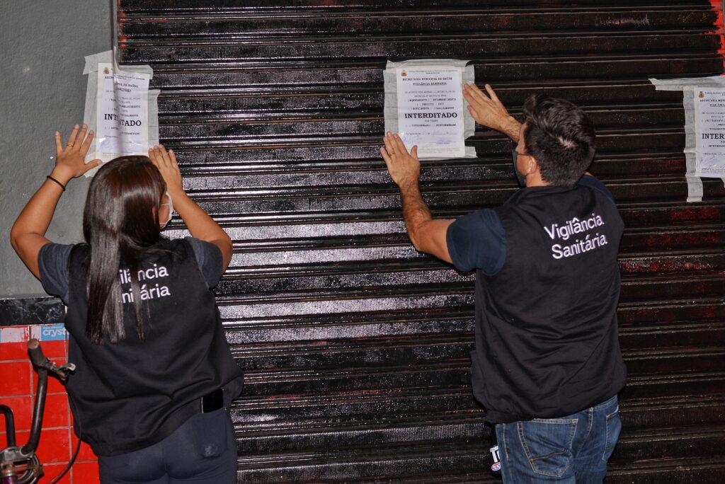 Agentes de Saúde Pública que compõem força-tarefa interditam tabacaria (Foto: Divulgação/PMC)