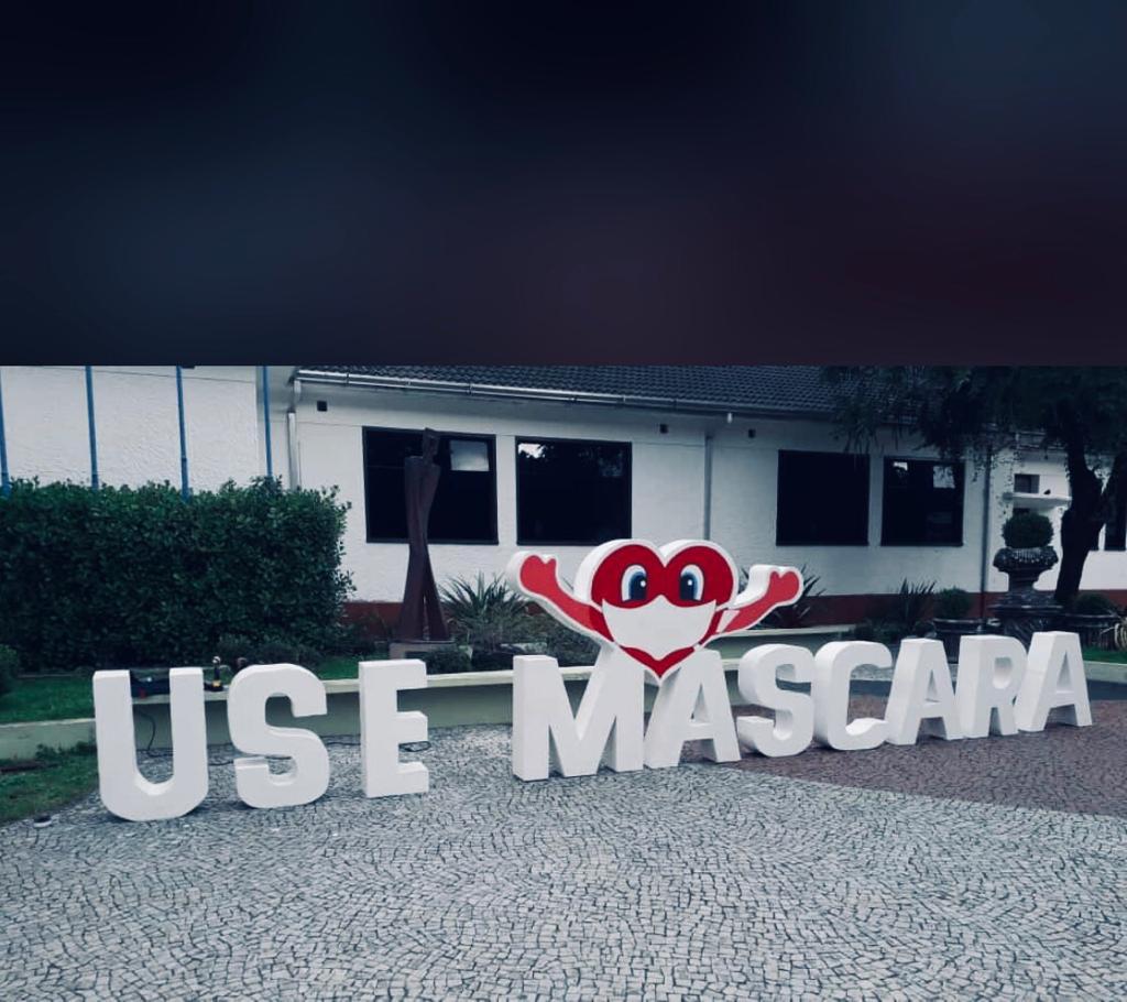 Um dos letreiros foi instalado na frente do MACC (Foto: Divulgação/Fundacc)