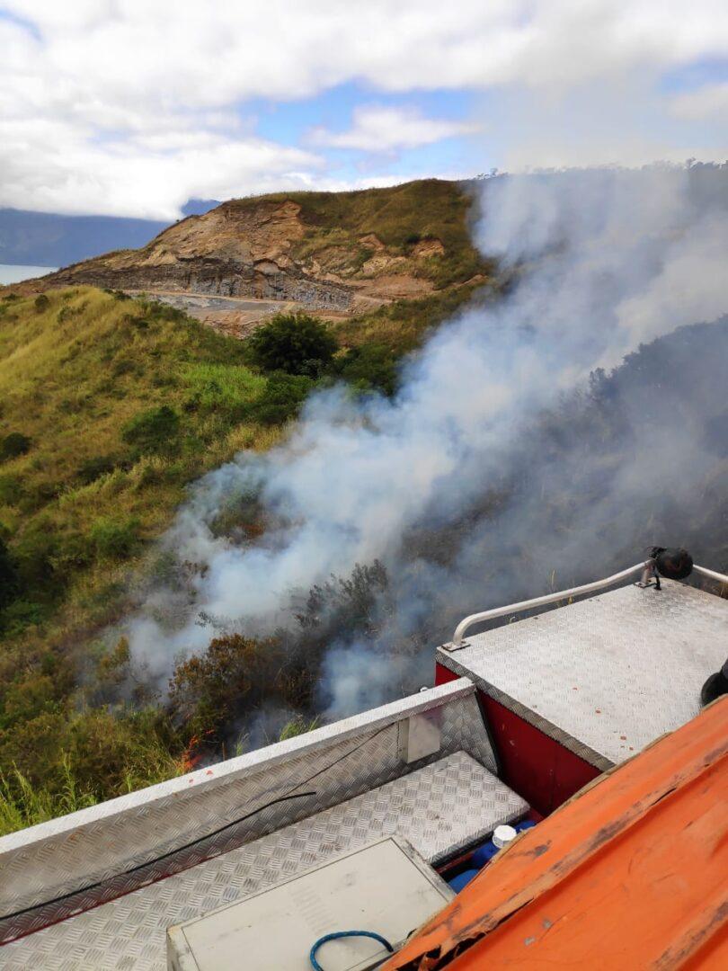 Bombeiro controla fogo em área localiada no Morro do Abrigo Foto: Divulgação/CB)