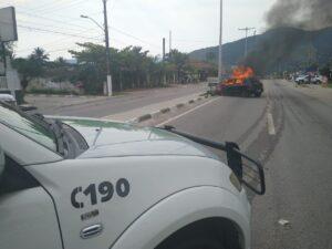 Depois de colidir em poste, carro pegou fogo