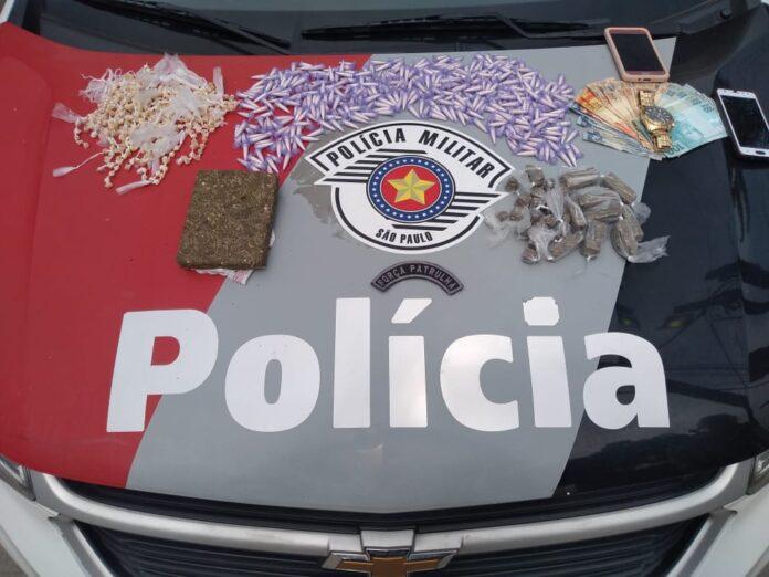 O casal carregava consigo quase 500 pedras de crack (Imagem: Polícia Militar)