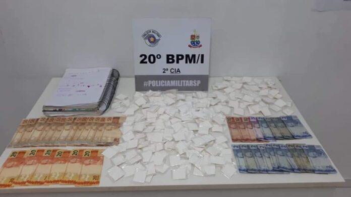 Duas mulheres foram presas por suspeita de tráfico de drogas (Foto: PM/Divulgação)