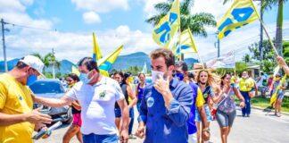 Mateus Silva em campanha pelas ruas de Caraguatatuba (Foto: Lucas Katumata/ Divulgação Página Oficial do Candidato)