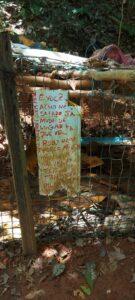 Ameaça deixada em placa pelo infrator (Foto: Polícia Ambiental/Divulgação)