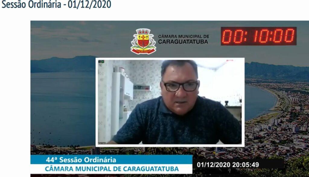 Vereador Ceará durante sessão online na Câmara de Caraguatatuba onde pede arquivamento (Foto: Reprodução)