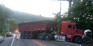 Caminhão ficou atravessado na pista após acidente (Foto: Divulgação/PMSS)