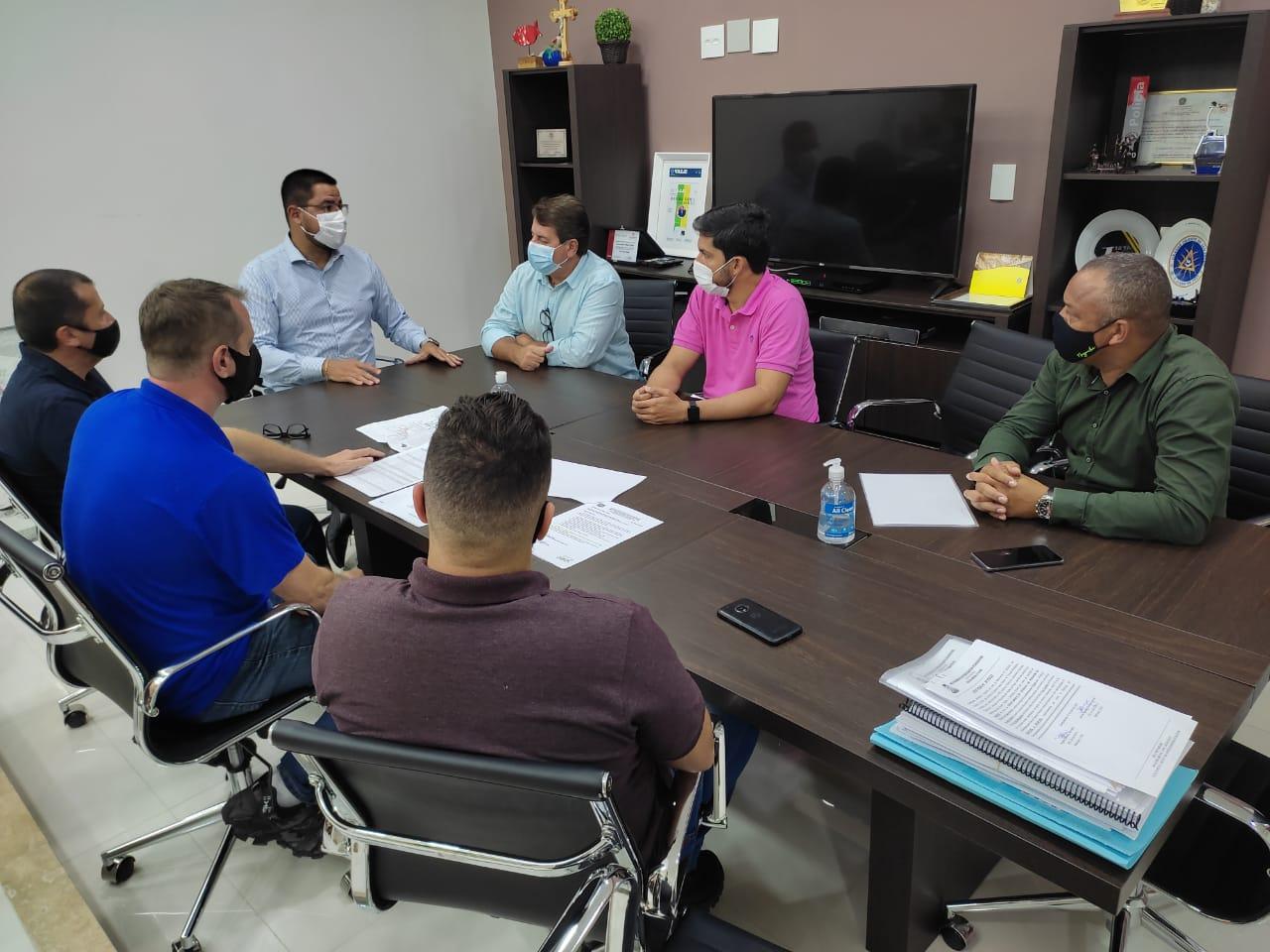 Prefeito, diretor do DER, vereadores e secretário discutem obras na orla da Massaguaçu (Foto: Divulgação/PMC)