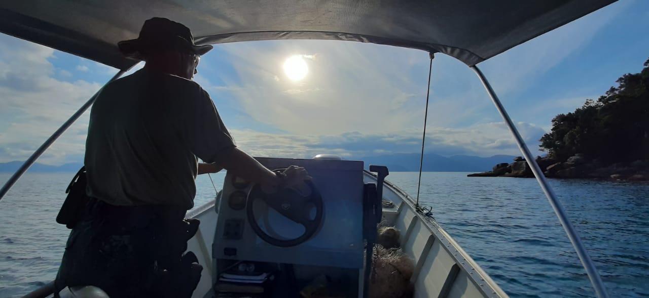Embarcação da Polícia Ambiental em apoio nas buscas (Foto Divulgação)